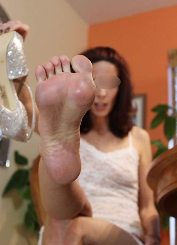 Milf che ama il feticismo dei piedi incontra a Trieste foto tre