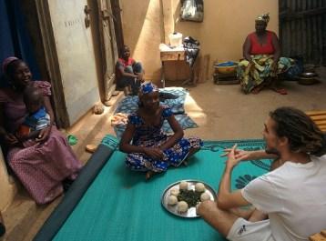 Riccardo, stagista di Incontro fra i Popoli condivide il pranzo - Camerun