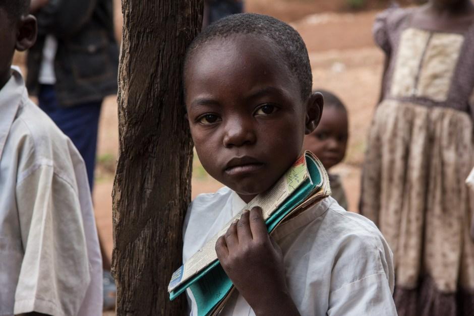 Bambino con quaderno in mano