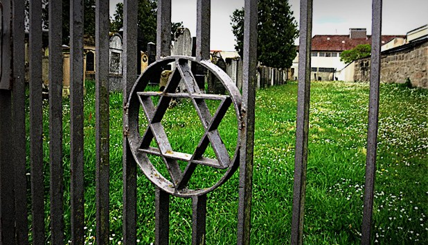 Au Fost Îngropaţi Nişte Evrei Acolo Care n-au Fost Lăsaţi în Pace