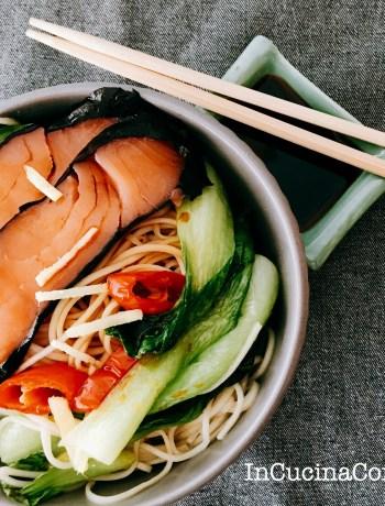 Noodles con pak choi e salmone affumicato con alga nori