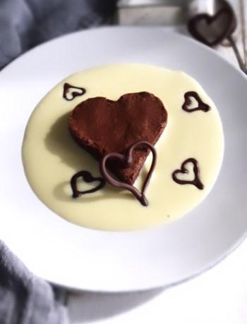 Torta al cioccolato con salsa alla vaniglia
