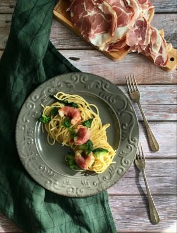 Spaghetti con broccoli gamberi e pancetta
