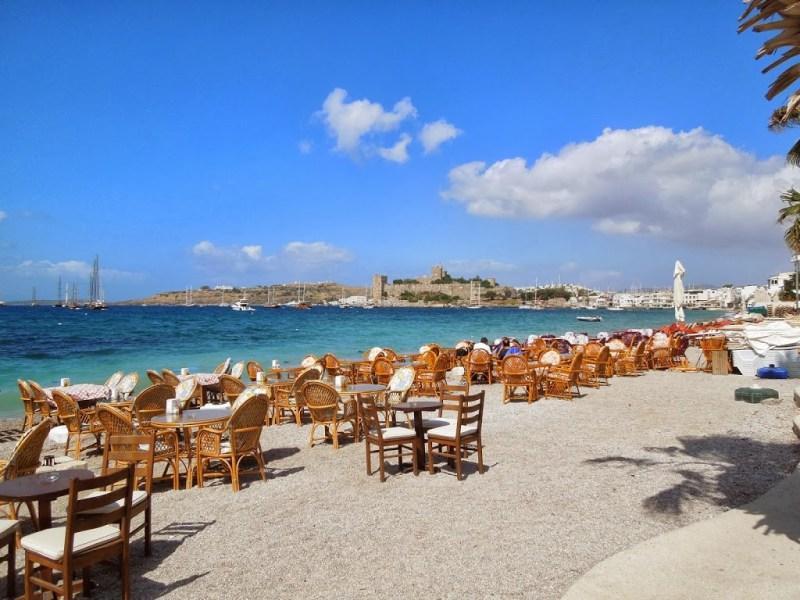 Mar azul em uma das praias de Brodum - Turquia