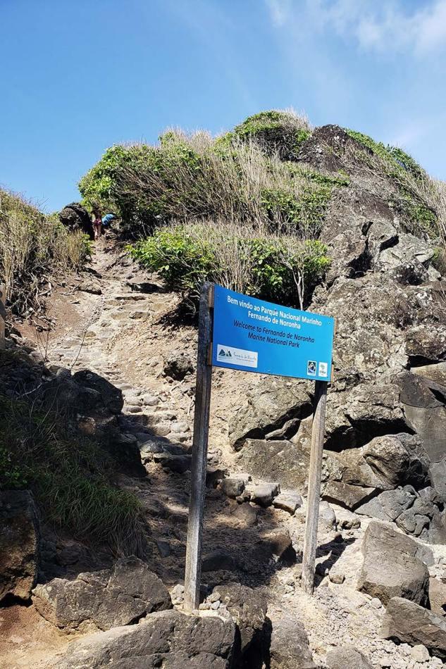 acesso a baia dos porcos, uma das praias de fernando de noronha