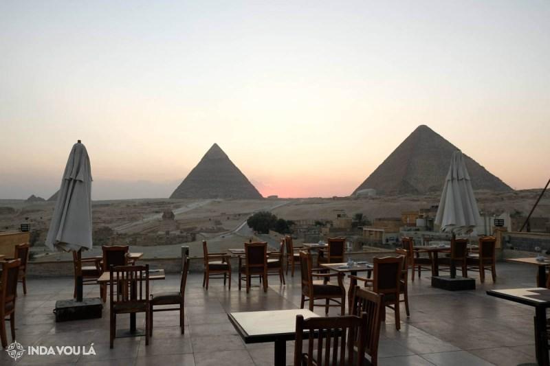 O visual de um hotel com vista para as pirâmides de Gizé, no Cairo, ao por do sol