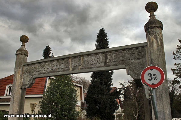 De oude toegangspoort aa Avenue du Racing