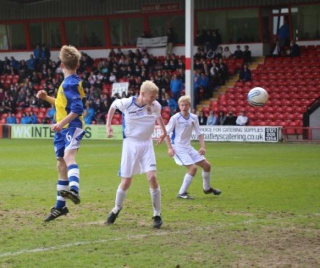 De winnende goal, met op de achtergrond het publiek. Foto: http://www.esfa.co.uk
