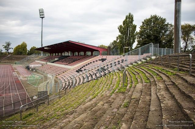 De in 2007 gerenoveerde eretribune, met op de voorgrond de vervallen tribunes.