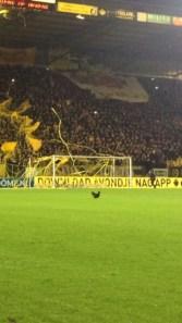 Voor de wedstrijd lieten fans ook een kip op het veld rennen.