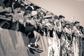 Braziliaanse kinderen kijken in spanning naar een wedstrijd