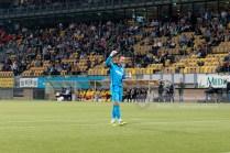 En na het laatste fluitsignaal viert de keeper van SC Heerenveen in zijn eentje de overwinning
