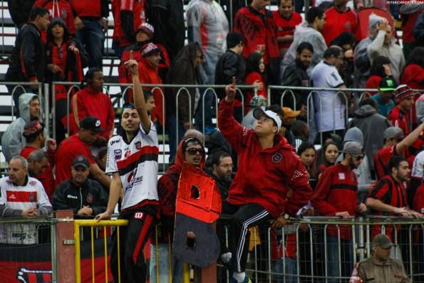 Fans van Brasil de Pelotas steunen hun club (Brasil de Pelotas x Fortaleza)