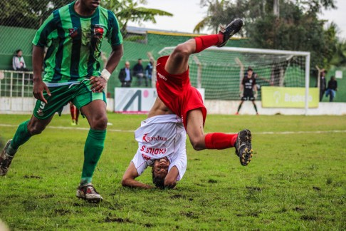 Koprol van een zware tackle, Riograndense - Inter SM