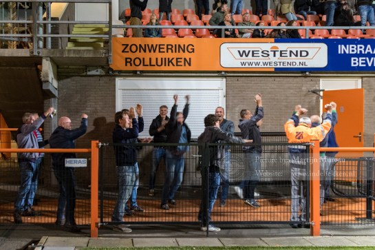 Fans van FC Volendam gaan na de winnende treffer uit hun dak