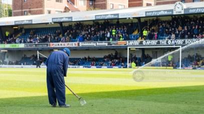 De terreinman maakt nog even snel het veld klaar voor de wedstrijd tegen Chesterfield