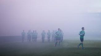 De spelers beginnen in de rook met de training
