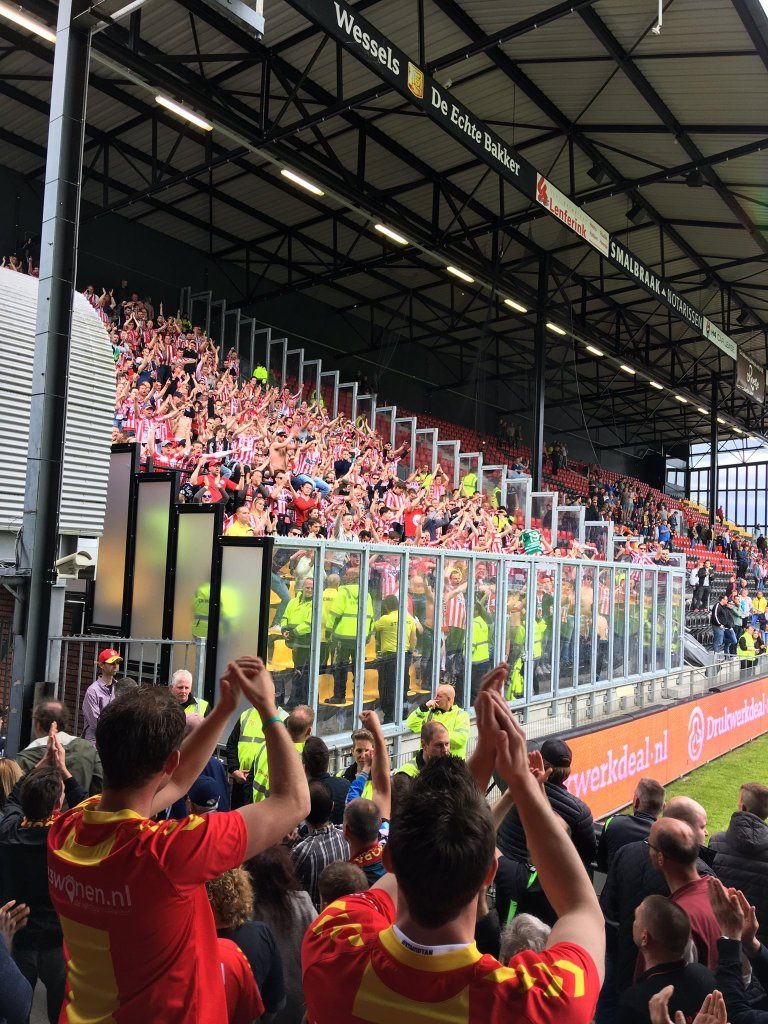Zoals voetbal hoort: Wederzijds respect en applaus. Foto: Twitter/BuitenkantjeLinks