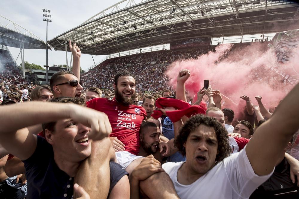 Pitchinvasion bij FC Utrecht na het behalen van Europees voetbal. Foto: Pro Shots / Ed van de Pol