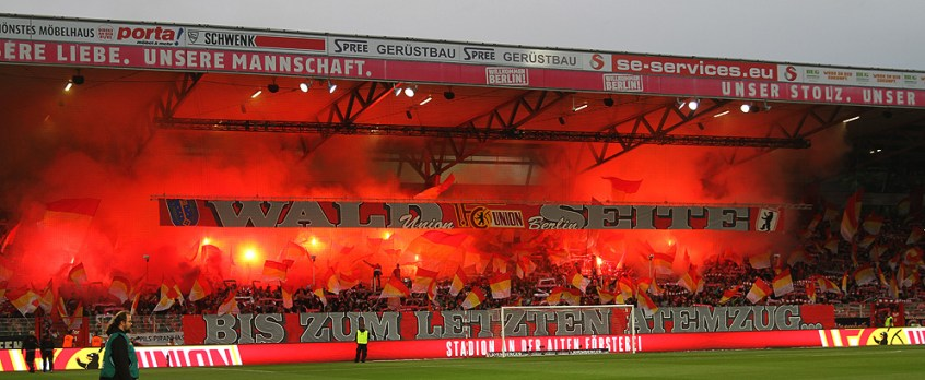 Union Berlin supporters met pyro