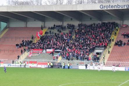 Fans en spelers van Rot-Weiß Oberhausen vieren de 0-1