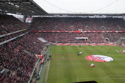 Het hele stadion zingt de Köln-hymne