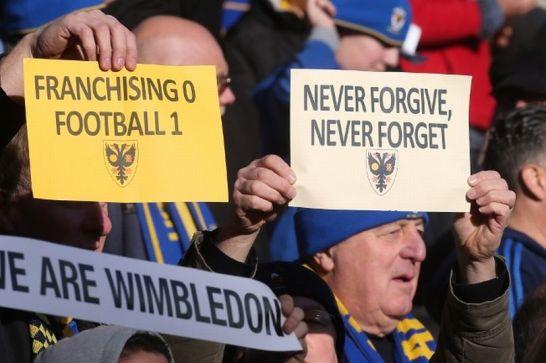 AFC Wimbledon supporters maken hun gevoel duidelijk tijdens de eerste wedstrijd tegen MK Dons (Pete Norton - The FA)