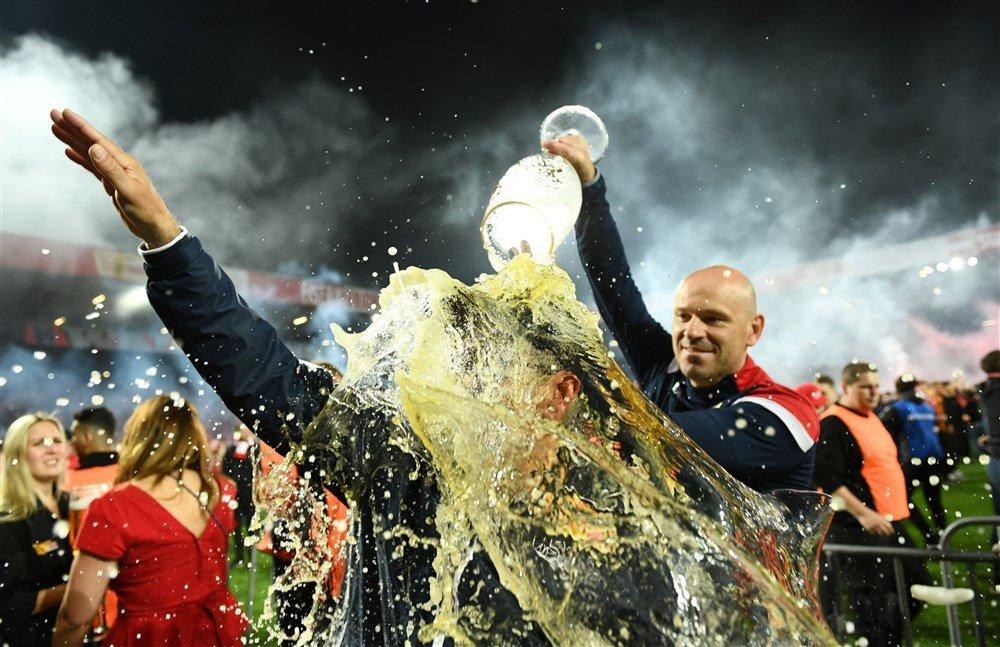 Trainer van Union Berlin viert feest met supporters van de volksclub