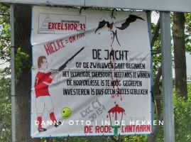 Excelsior 31 met een ludiek spandoek tijdens de derby tegen buurman SVZW