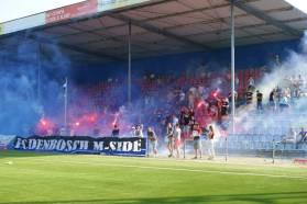 De supporters van FC Den Bosch komen met een pyro actie tijdens de eerste training van 2019/20