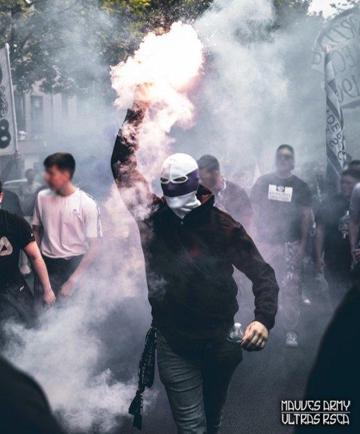Corteo van Anderlecht supporters met pyro voor de Brusselse derby tegen RWDM
