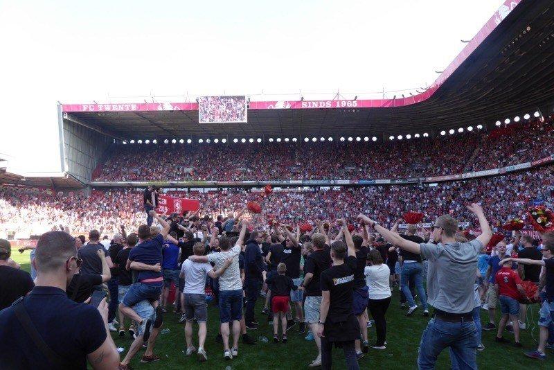 Twente supporters op het veld levert Twente boete op