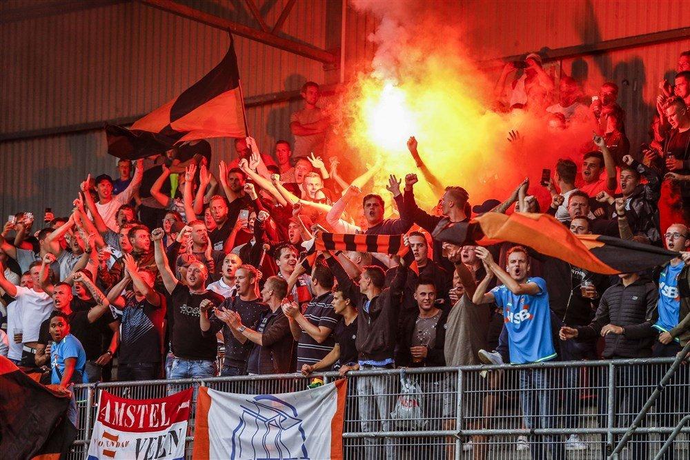 Supporters van FC Volendam met pyro bij de uitwedstrijd tegen Helmond Sport