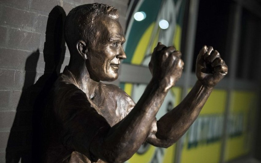 In de Hekken - Fernando Ricksen standbeeld