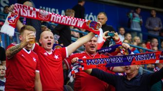 Wisla Krakau supporters voor dat de wedstrijd begint