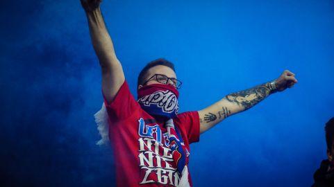 Wisla Krakau supporters in blauwe rook