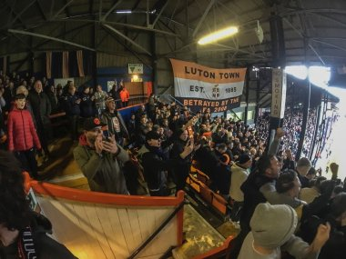 """De Vlag. De ziel van de club. """"Luton Town est 1885. Betrayed by the FA 2008."""""""