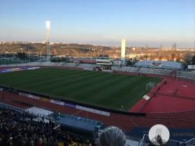Vanaf de grote tribune bij Dulka Praha kijk je uit over Praag