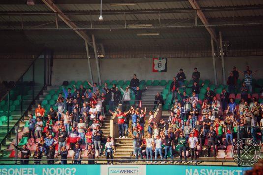 Supporters op de tribunes bij NEC-de Graafschap