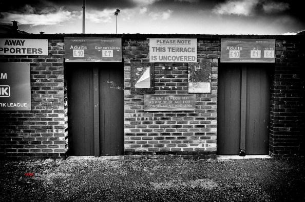Tijdens één van de Manchester trips Altrincham FC bezocht. Vreselijk afgezien daar 's middags in de snijdende kou en sneeuwbuien en 's avonds stond United nog op het programma… Prima bereikbaar, een kwartiertje lopen vanaf het eindstation van de Metrolink. Geweldig stadion overigens, met 5 of 6 verschillende tribunes en een enorme radio/tv toren ernaast. Echt een aanrader en ze hebben plannen om een nieuw stadion te bouwen.