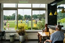 Sportpark De Kouwenaar van VIOS Vaassen. Eén van de eerste oefenwedstrijden en even in de kantine uitblazen met een biertje. Wat kan je die voetbal nou eigenlijk schelen.