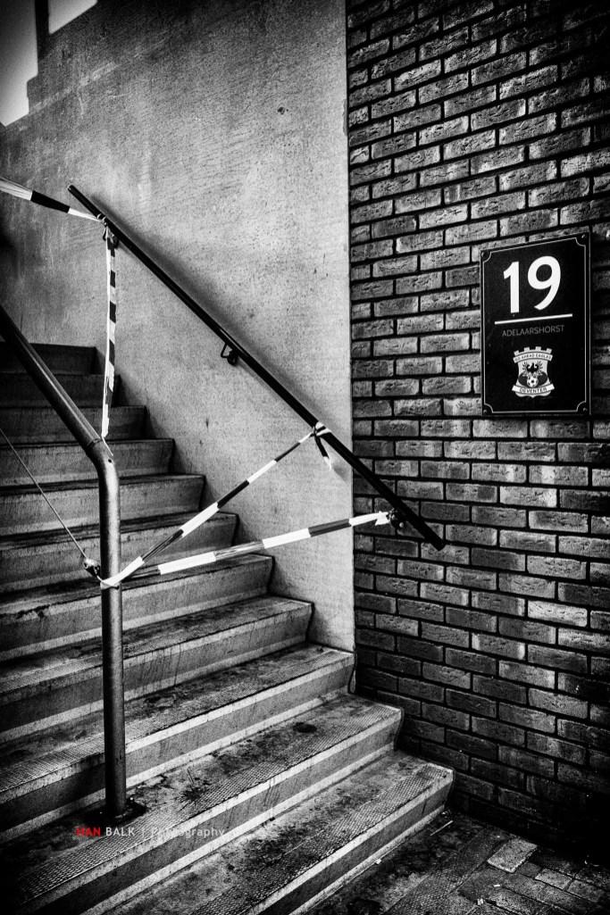 Omdat er 'iets' was voorgevallen tijdens de wedstrijd tussen Go Ahead Eagles en De Graafschap vond de KNVB het nodig om Vak 19 af te sluiten. Een zinloze, slechts symbolische straf.