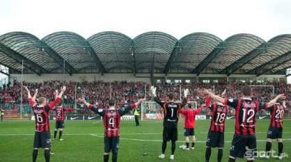 De hele tribune achter het doel in Zilina is gevuld met supporters uit Trnava (via Sport.sk).