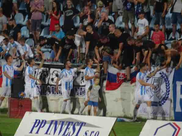 De aanhang van Nitra bedankt hun spelers (via http://mmgroundhopping.blogspot.com).