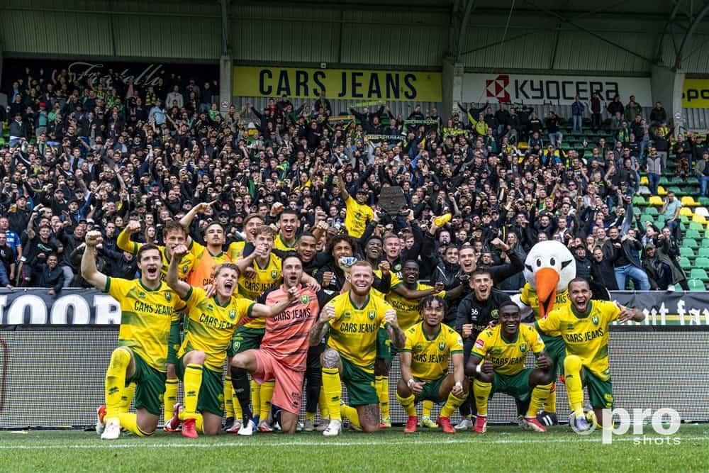 Supporters en spelers ADO Den Haag vieren samen feest