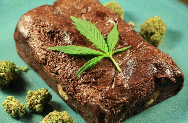 Gran Bretagna, pensionato porta la torta in ospedale alla cannabis: caos in corsia