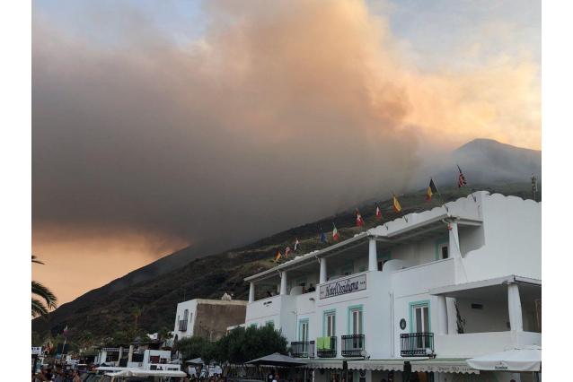 Stromboli, identificato l'escursionista rimasto ucciso dall'esplosione del vulcano  FOTO