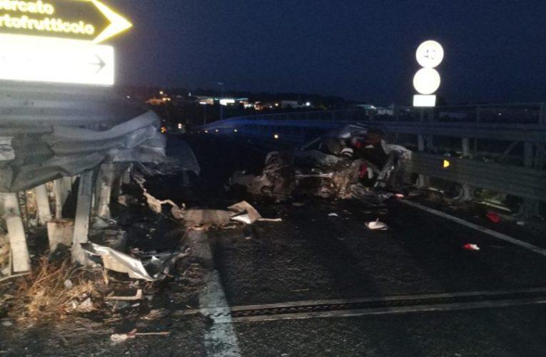 Incidente a Catania, auto si schianta, un morto e 7 feriti