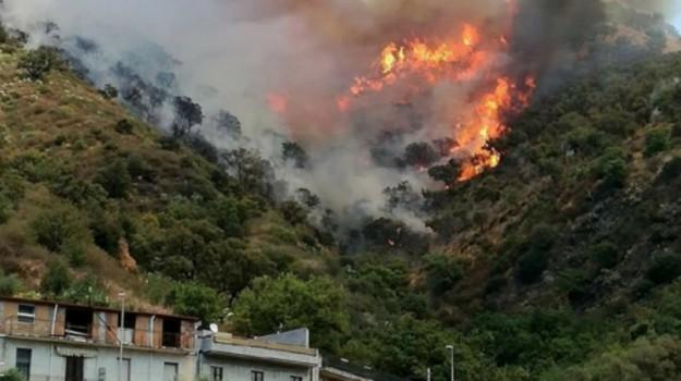 Piraino e Ficarra, incendi che spaventano la popolazione
