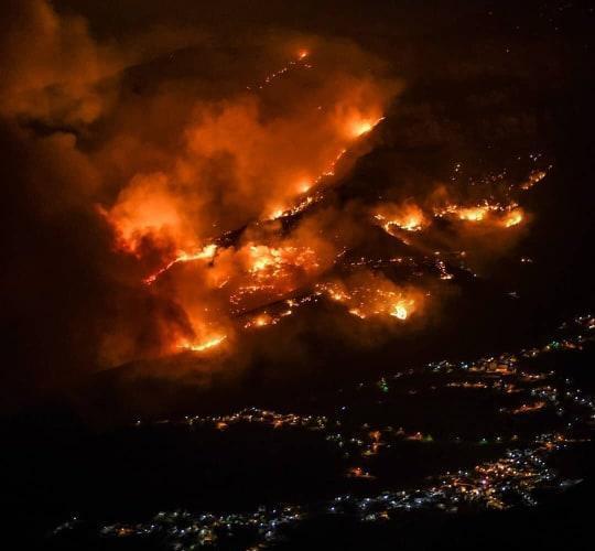 Spagna, nuovo violento incendio a Gran Canaria: 9mila persone evacuate